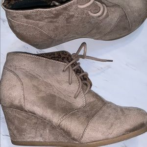 WOMENS SIZE 8.5 CITYCLASSIFIED WEDGES
